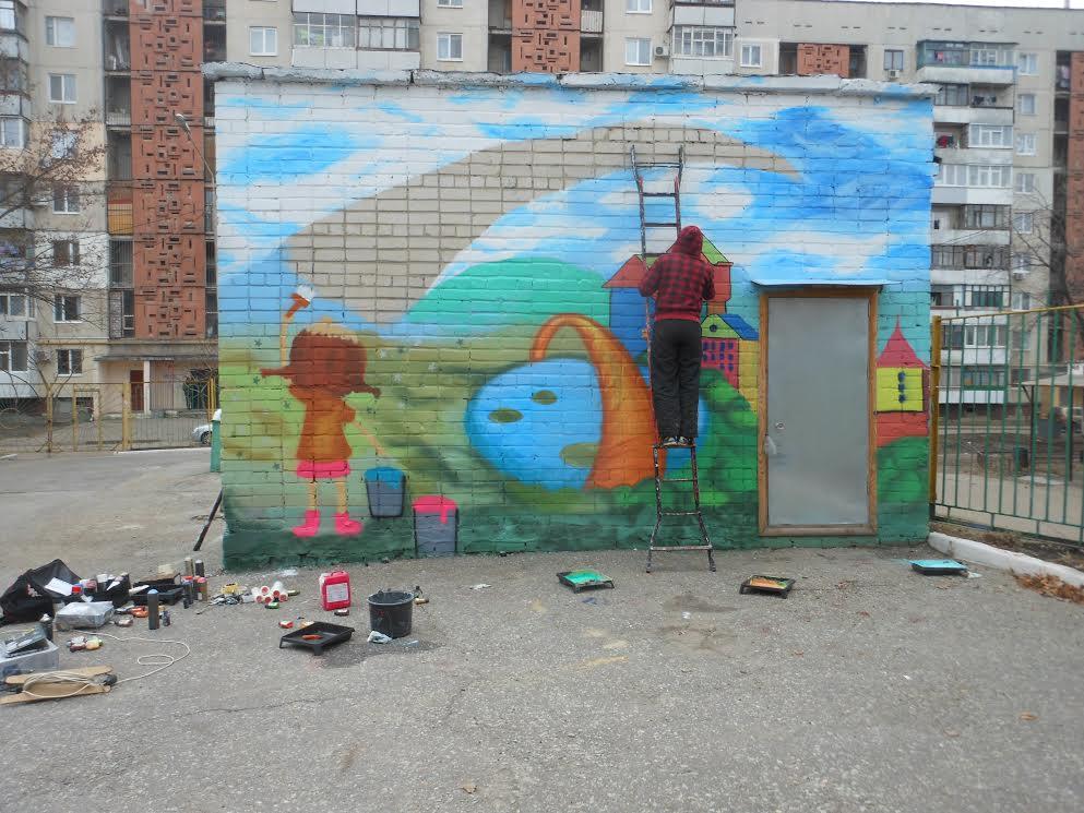 Харьков. Создание мурала на фасаде постройки на территории детского садика